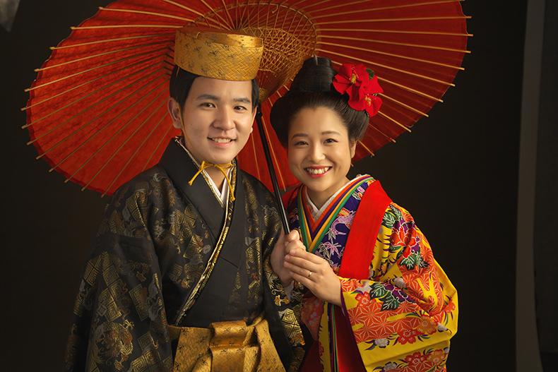 沖縄の琉装で記念写真